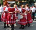 NAJženskejší ľudový tanec KARIČKA. Skárošanka krepčila aj pod pódiom.